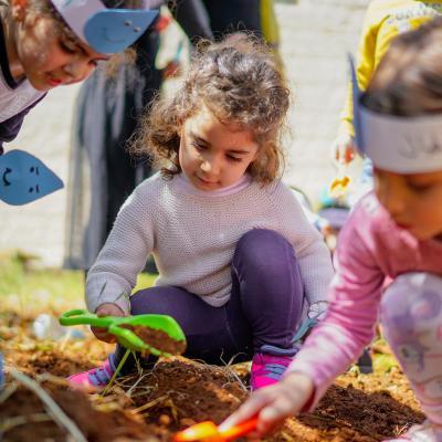 نشاط زراعة  لاطفال حضانة الجامعة وذلك لترسيخ مفهوم كيفية المحافظة على المياه والبيئ بمناسبة يوم الارض العالمي